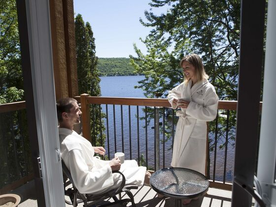 Couple relaxation Manoir du lac William